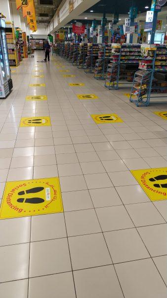 Social Distancing in einem Supermarkt in Salalah